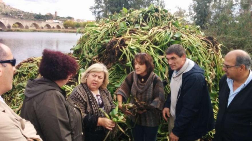 Visita a Medellín, una de las zonas más afectadas por el camalote, en compañía de la vicepresidenta de la Comisión de Agricultura y Desarrollo Rural del Parlamento Europeo, Clara Aguilera / GobEx