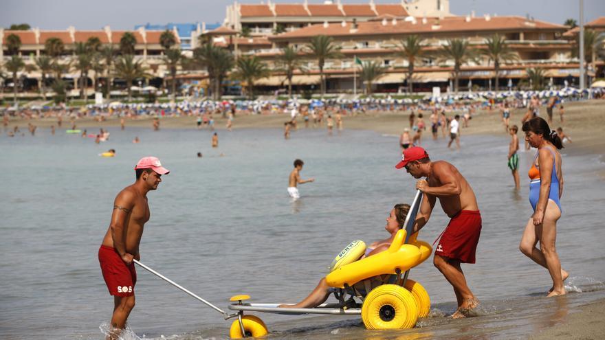 Una usuaria accede al baño en la playa accesible de Las Vistas, en Arona