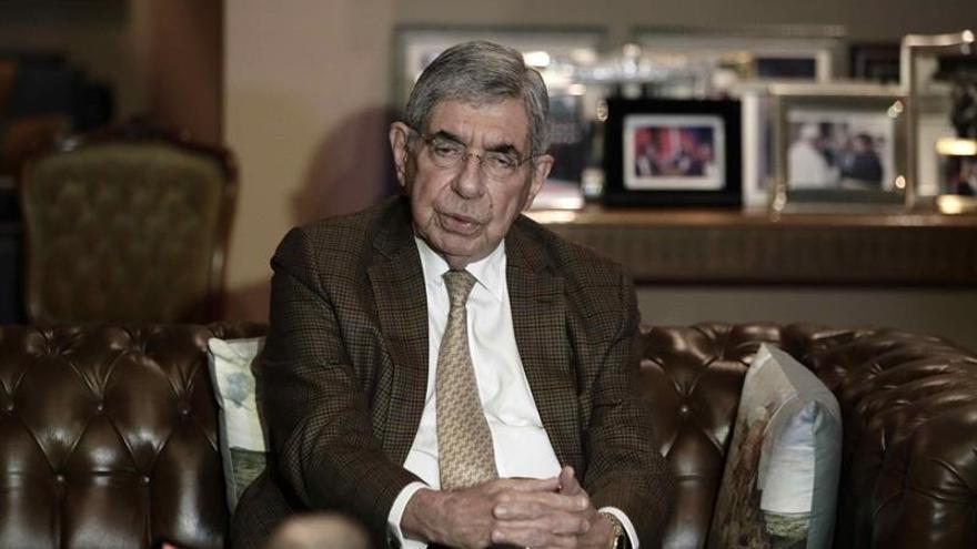 La Fiscalía reabre un caso contra el expresidente Óscar Arias por una mina de oro