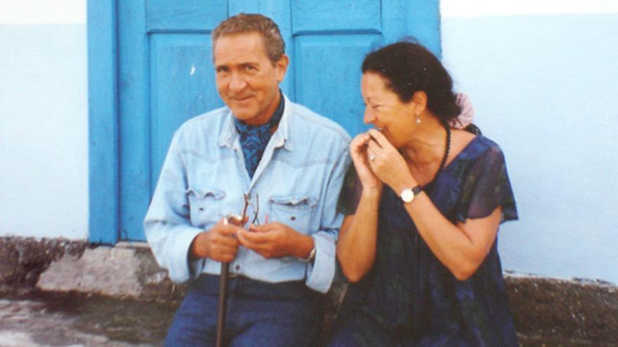 Antonio Gala y Elsa López junto a una puerta azul en El Tablado.
