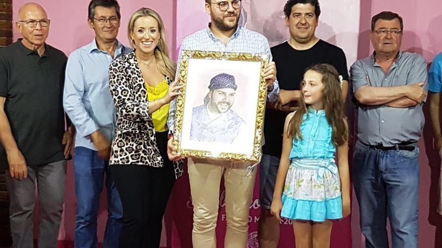Guillermo del Mar en su nombramiento junto a la presidenta de Blanquerías Gloria Martínez y a la fallera mayor infantil de la comisión