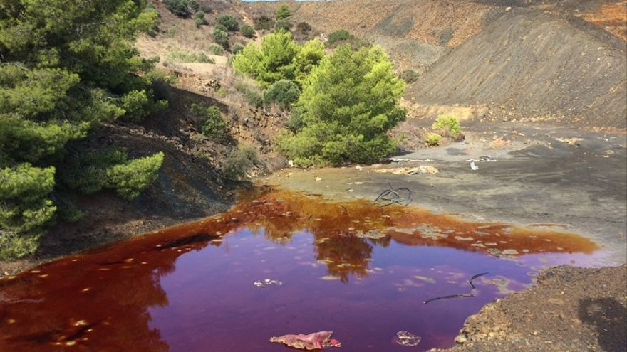 Aguas rojas de mina enriquecidas en arsénico, cadmio, zinc, plomo y hierro a 100 metros de las viviendas de El Llano del Beal