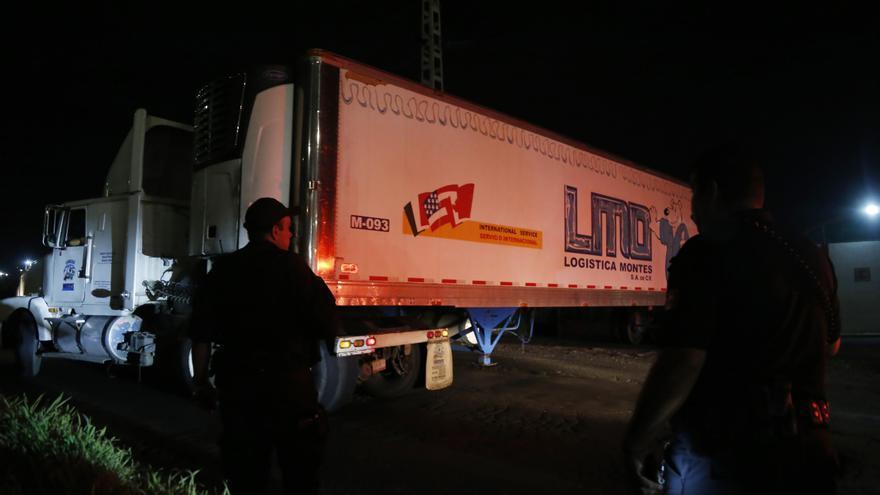Policías Federales trasladan un contenedor a las instalaciones del Instituto Jalisciense de Ciencias Forenses (IJCF) el padado 17 de septiembre de 2018, en el municipio de Tlaquepaque, en el estado de Jalisco (México)