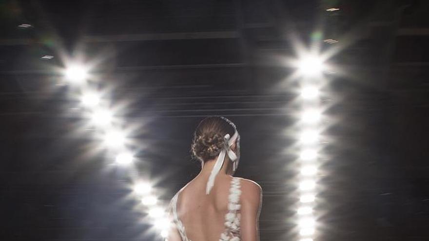 Rosa Clará inaugura la Bridal Week con una colección que evoca la sensualidad
