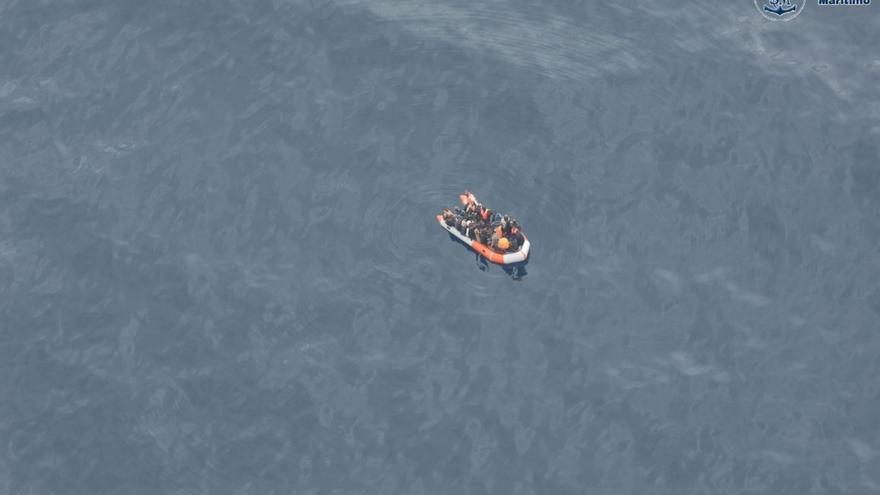 Trasladan a Tarifa a 33 varones tras rescatarlos de cuatro pateras en El Estrecho