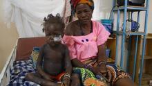 Marliya, junto a su abuela en el Hospital de Madaoua (Niger) tras cinco días ingresada. Los dos primeros días sólo dormía./ María Rodríguez.