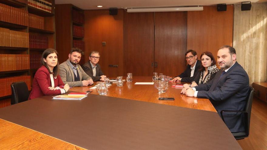 Las delegaciones de ERC y el PSOE se han reunido en la sala de comisión del Govern del Área Metropolitana