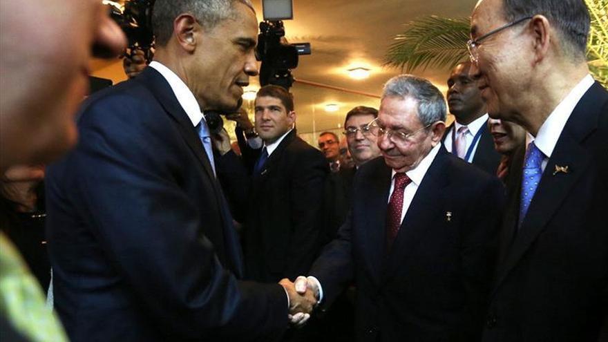 Barack Obama (i), al saludar a su homólogo cubano, Raúl Castro (d), durante un encuentro informal en la ceremonia inaugural de la VII Cumbre de las Américas en Ciudad de Panamá (Panamá).
