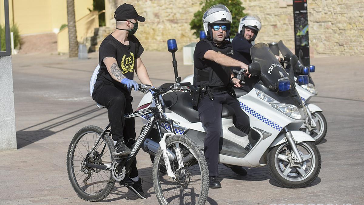 La Policía Local hablando con un ciclista durante el primer estado de alarma | TONI BLANCO