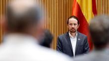 El vicepresidente del Gobierno, Pablo Iglesias, durante el minuto de silencio por las víctimas de la pandemia antes de su intervención en la comisión.