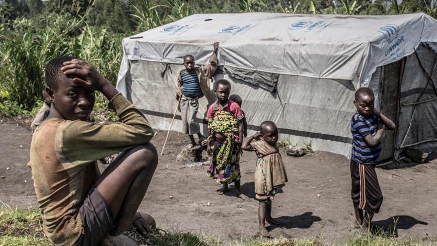 Niños de la aldea congoleña de Mutaho, localizada a pocos kilómetros al norte de la ciudad congoleña de Goma, noreste de la República Democrática del Congo (RDC), descansan cerca de una tienda humanitaria de la Agencia de la ONU para los Refugiados (Acnur).