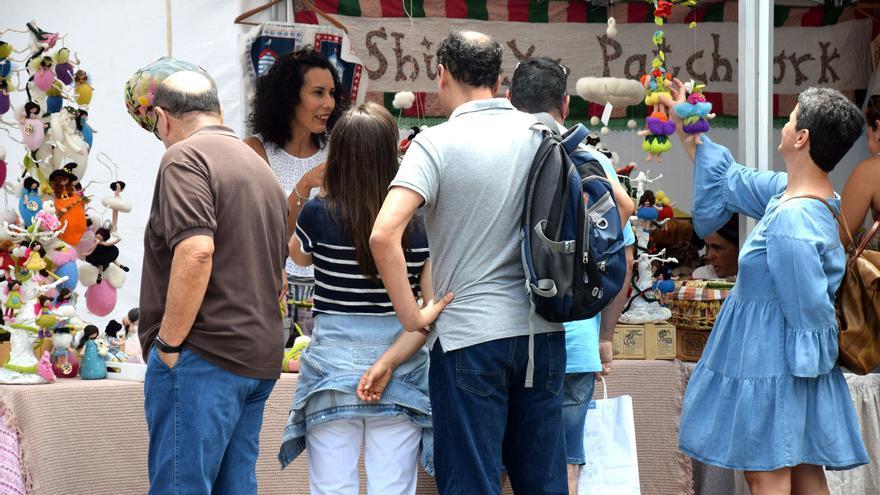 Imagen con gente en la zona habilitada para la venta de productos singulares