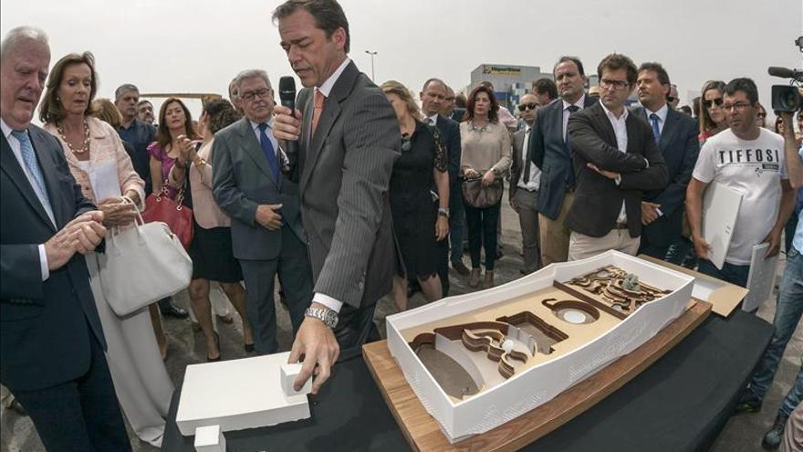 El presidente y vicepresidente del Loro Parque Wolfgang Kiessling (2i) y Christoph Kiessling (d), poniendo la primera piedra del 'Poema del Mar'. (EFE)