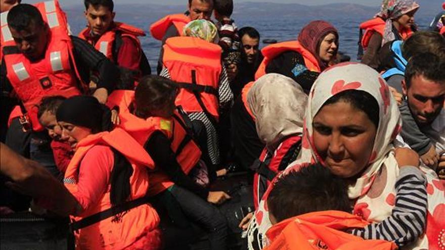 Varios refugiados sirios llegan en una lancha neumática a la costa de Mitilene, en la isla de Lesbos, Grecia, hoy 10 de septiembre de 2015. EFE
