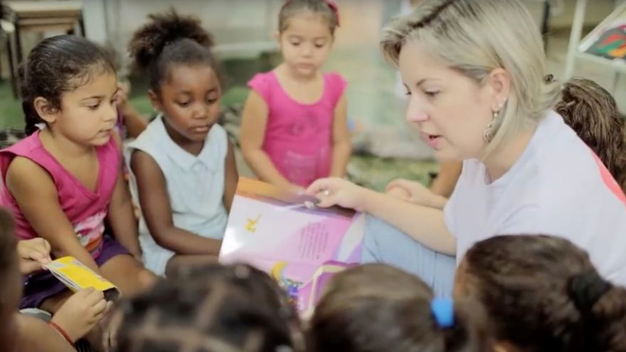 Paula Cristina Mello, voluntaria del Santander del Programa Escola Brasil.