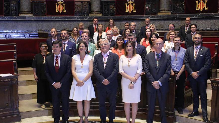 El alcalde de València, Joan Ribó, junto a los concejales de todos los grupos políticos