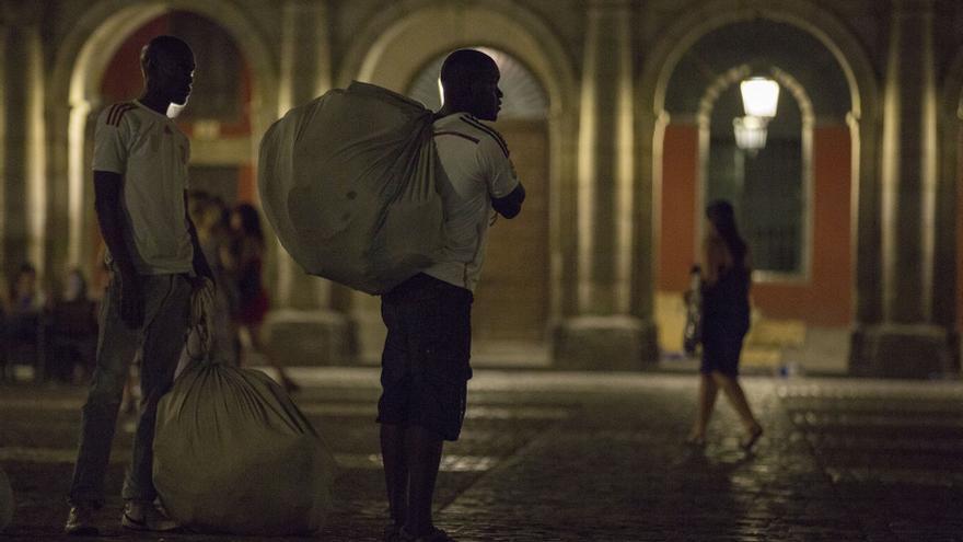 Vendedores ambulantes en la Plaza Mayor / OLMO CALVO