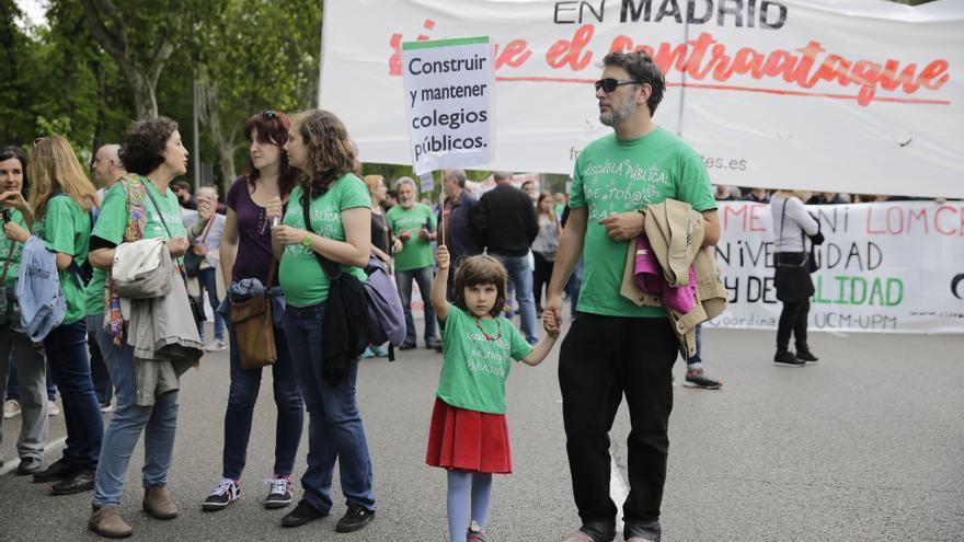 Una familia en la manifestación por la educación pública en Madrid