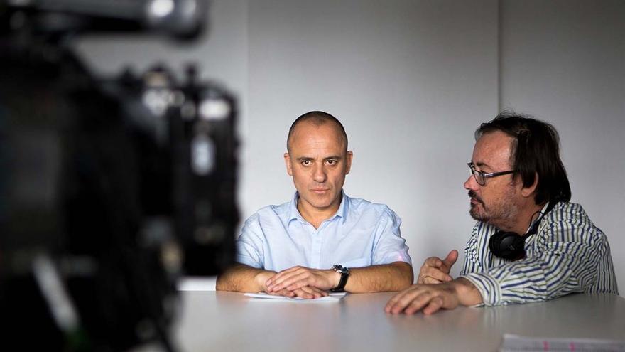 Manuel Martín Cuenca (d) y Javier Gutiérrez (i) durante el rodaje de 'El autor'