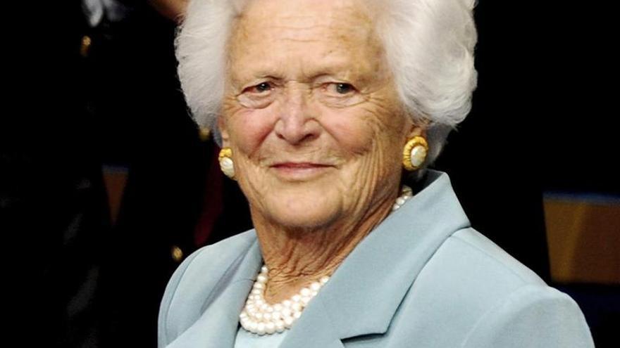 La exprimera dama de EE.UU. Barbara Bush sigue hospitalizada en Houston