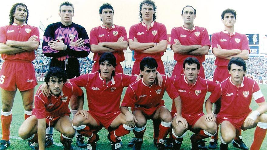El Sevilla visita el Heliodoro en octubre de 1990 con: Diego, Unzúe, Martagón, Polster, Rafa Paz, Jiménez (de pie); Serrano, Zamorano, Bengoechea, Ramón y Salguero.