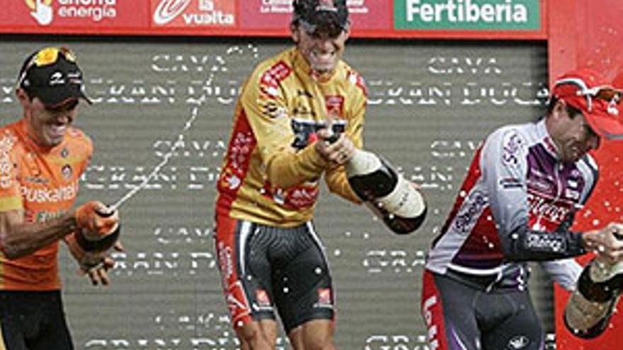 Valverde, que llevó el dorsal 51, el que más veces ha ganado el Tour de Francia, se enfundó el último jersey de oro de la Vuelta. (REUTERS)