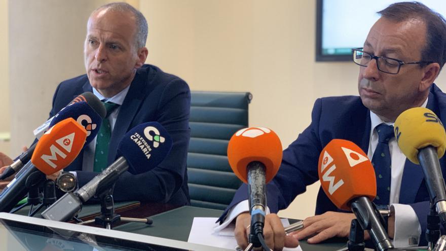 Manuel del Castillo, director general de Cajasiete, y José Manuel Garrido, responsable de Comunicación de la entidad, este viernes