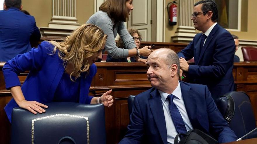 La consejera de Hacienda y el consejero de Economía, Industria, Comercio y Conocimiento del Gobierno de Canarias, Rosa Dávila (i) y Pedro Ortega (d).