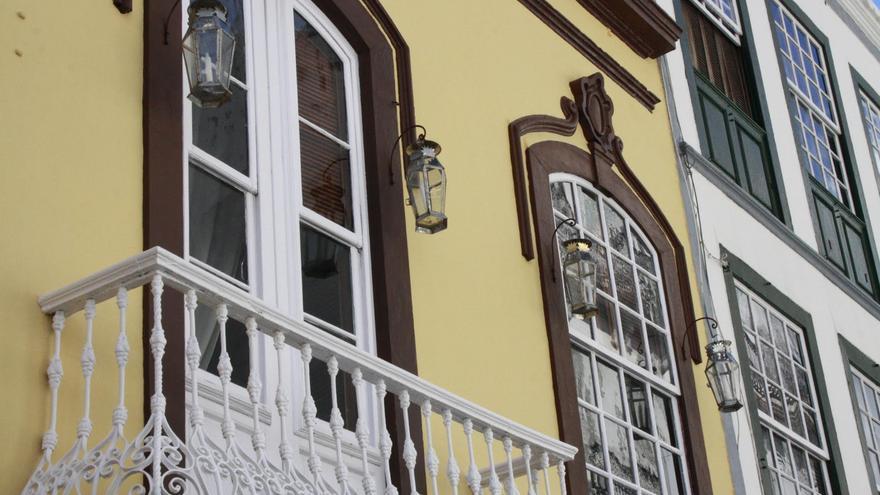 En la imagen, faroles de latón, sistema de alumbrado público anterior a la llegada de la electricidad a Santa Cruz de La Palma en 1893.