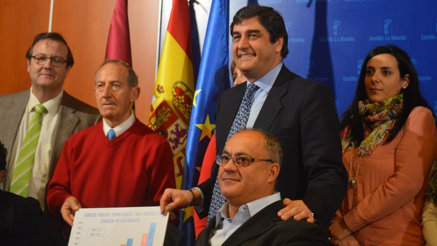 José Ignacio Echániz, consejero de sanidad de Castilla-La Mancha, con dependientes y discapacitados / Foto: Javier Robla