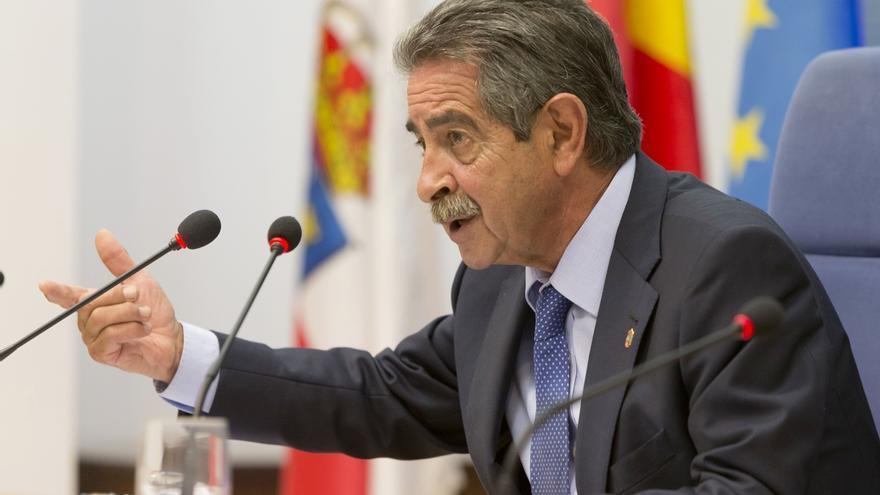 """Revilla acusa a Rajoy de """"ningunear"""" a Cantabria por """"eludir"""" la reunión para abordar el recorte """"brutal"""" de inversiones"""