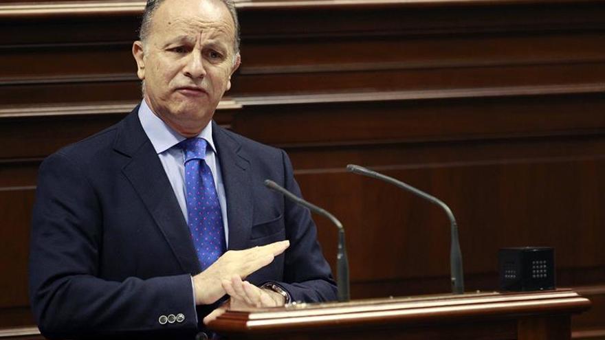 El portavoz del PP, Jorge Rodríguez, durante una de sus intervenciones en el debate sobre la enmienda a la totalidad de la Ley de presupuestos del Gobierno de Canarias para 2016 presentada por el grupo Popular.