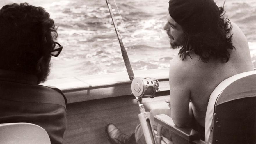 """Fidel  Castro  y  Che  Guevara  participan  en  el  primer  torneo de  pesca  de  la  aguja  """"Ernest  Hemingway"""".  Marina  de  Barlovento,  La  Habana,  15  de  mayo  de  1960  ©  Korda  Estate"""