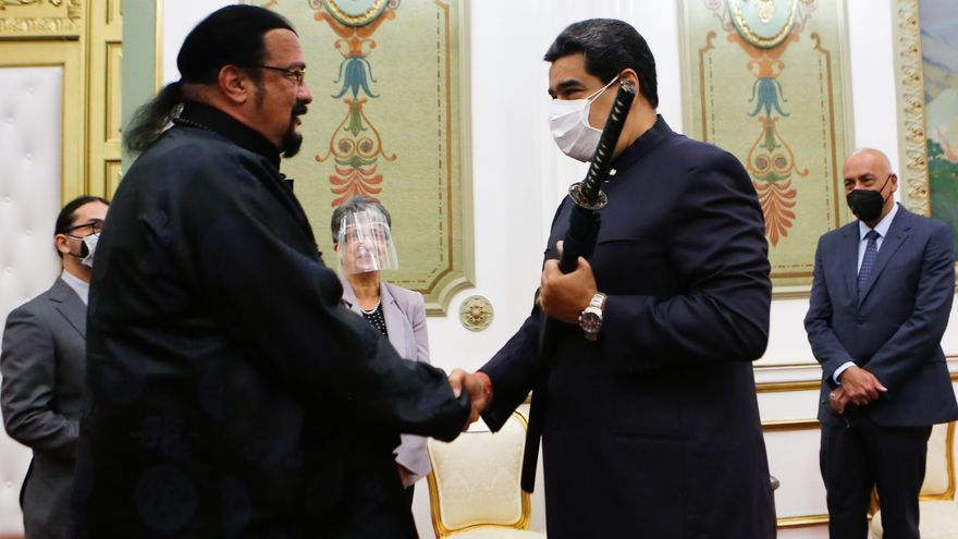 Maduro maniobra una espada samurái que le regala el actor Steven Seagal