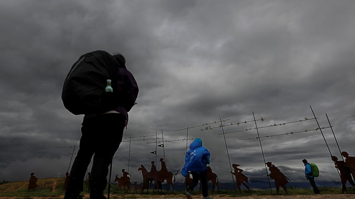 La Agencia Estatal de Meteorología (Aemet) prevé para hoy, viernes, chubascos y tormentas localmente fuertes y acompañadas de granizo en el este de Castilla y León, Aragón y en el interior de Cataluña. EFE/ Jesús Diges