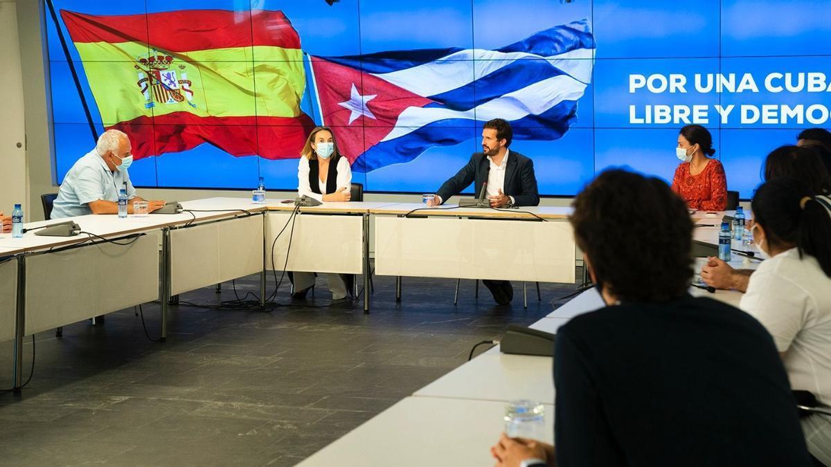 Casado, la semana pasada, durante una reunión con exiliados cubanos en la sede del PP.