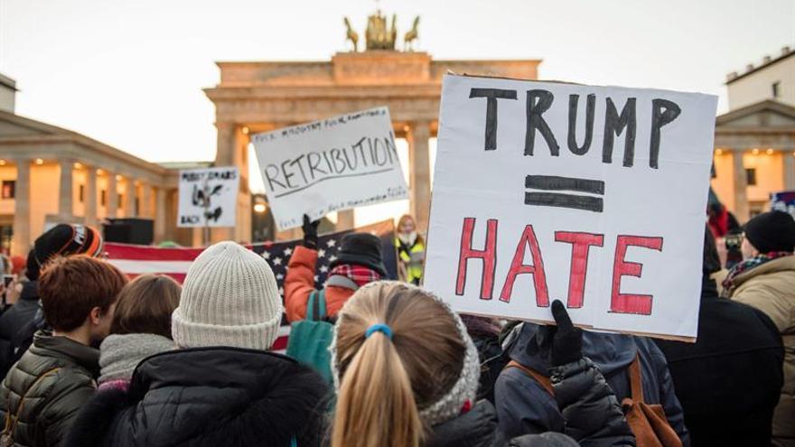 Manifestación contra Trump ante la embajada de EE.UU. en Berlín