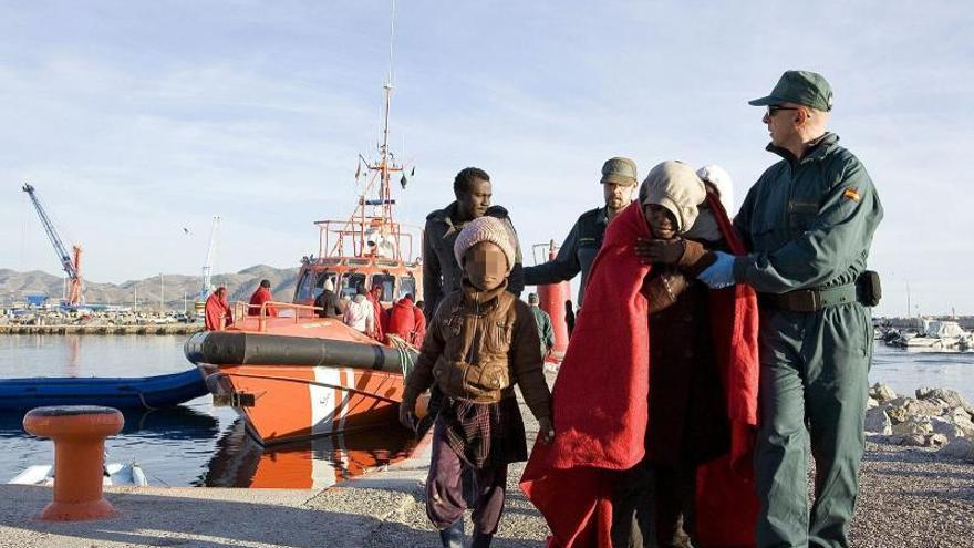Rescatan a ocho inmigrantes de una patera en el Estrecho de Gibraltar