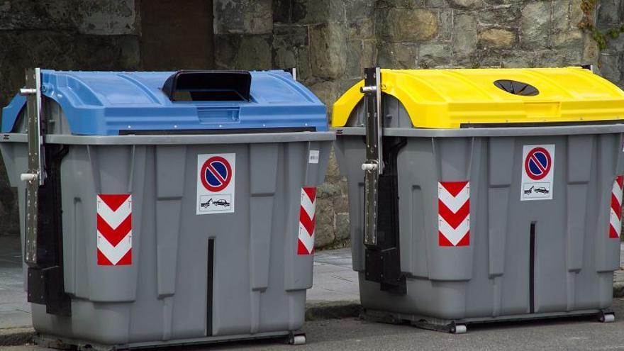 Contenedores urbanos para el depósito de papel-cartón (azul) y envases (amarillo), en Santa Cruz de Tenerife