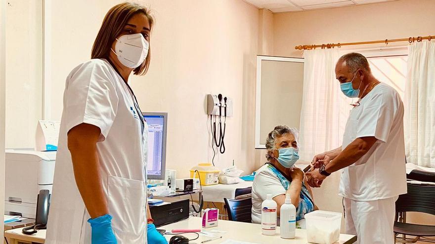 Vacunación contra la COVID en el centro de salud de Arico, en Tenerife