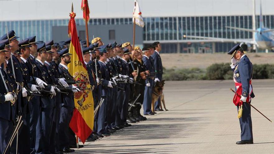 El jefe del Mando Aéreo de Canarias, el general Miguel Ángel Villarroya (d), saluda a la bandera en el acto de la festividad de la patrona del Ejército del Aire