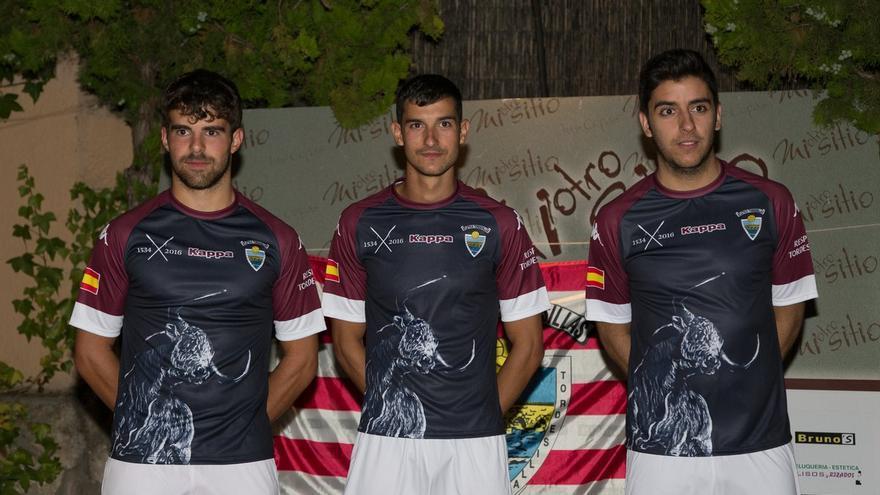 El Atlético de Tordesillas incluye una imagen del Toro de la Vega en su segunda equipación.