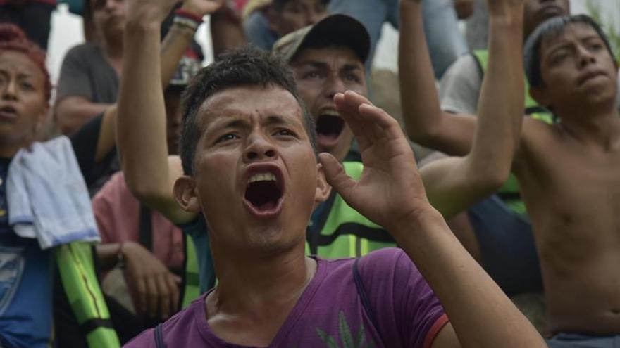 Migrantes hondureños reanudan en México su marcha a la frontera con EEUU