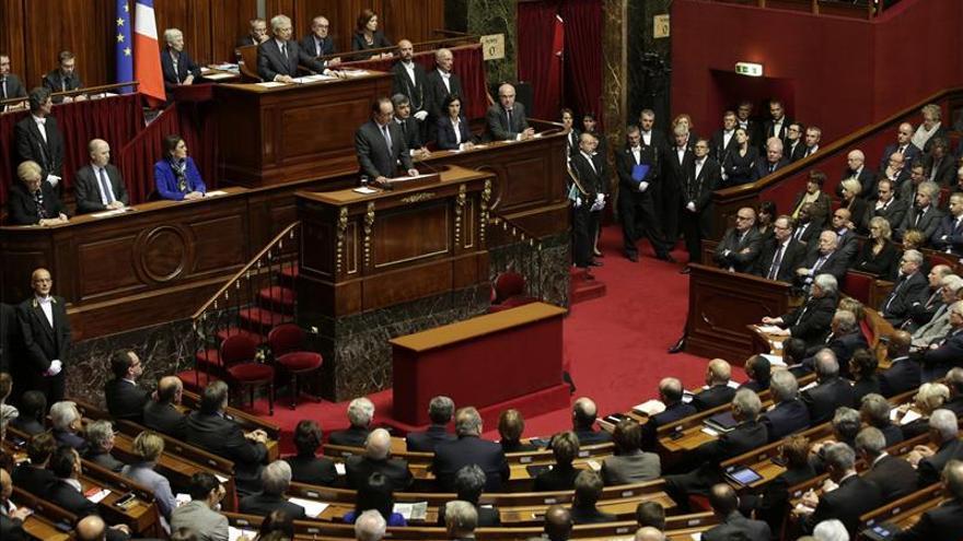 """Hollande anuncia una """"guerra sin tregua"""" contra el Estado Islámico"""