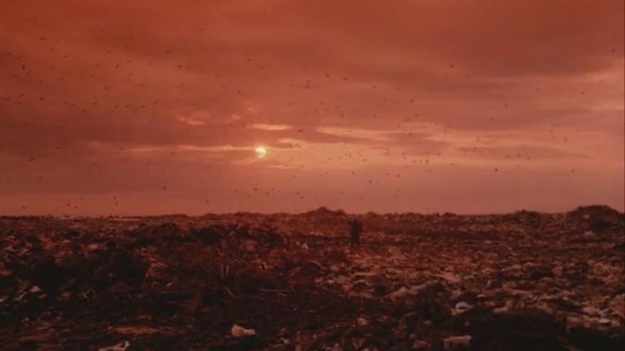 El declive ecológico de 'El visitante del museo', realzado por tonos rojizos y paisajes llenos de basura y ruinas