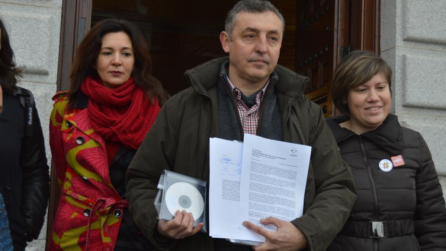 Entrega de recogida de firmas contra la Ley de Caza de Castilla-La Mancha / Foto: Javier Robla