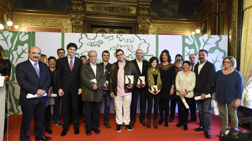 Bizkaia entrega sus Premios Lauxeta 2016 a la red de euskaltegis y a José Ángel Iribar