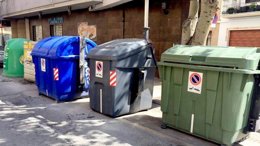Los contenedores de vídrio, envases, cartón, orgánico y rechazo en una calle de Sagunt
