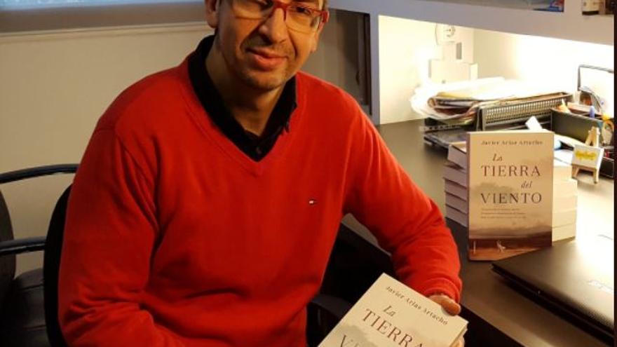 Javier Arias Artacho con su última novela, 'La tierra del viento'