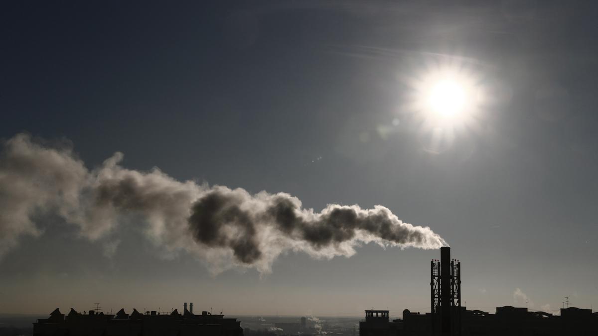 Una columna de humo emerge de una chimenea. EFE/Maxim Shipenkov/Archivo